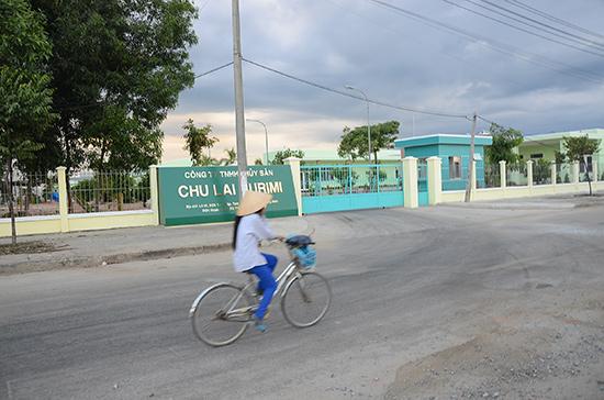 Dù mới đi vào hoạt động nhưng Công ty TNHH Thủy sản Chu Lai Surimi nhiều lần gây ô nhiễm môi trường.  TRONG ẢNH: Một phụ nữ đi qua trước cổng nhà máy phải dùng tay bịt mũi do không chịu nổi mùi hôi thối phát tán.