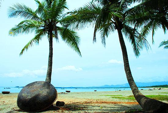 Với nhiều thắng cảnh, Núi Thành có tiềm năng lớn về du lịch. Trong ảnh: Một góc bãi biển Thuận An, xã Tam Hải.