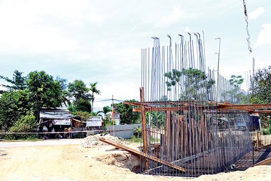 Mố A1 của cầu OP17C chưa thể thi công do vướng một số nhà ở. Ảnh: CÔNG TÚ