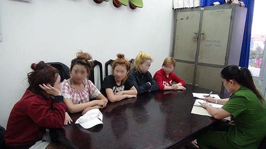 Những thiếu nữ được giải cứu khỏi các quán cắt tóc, gội đầu mát xa, karaoke Diệu Hiền.