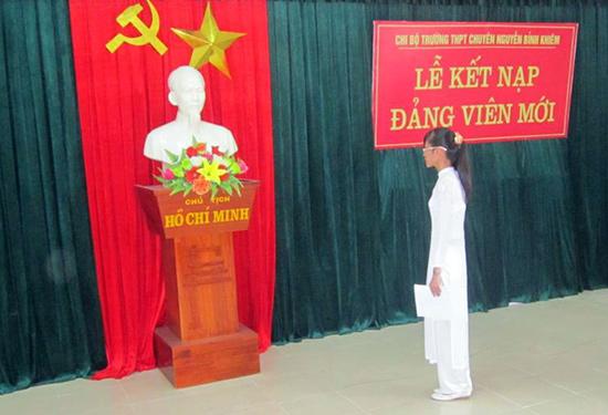 Lễ kết nạp đảng viên mới ở Trường THPT chuyên Nguyễn Bỉnh Khiêm. Ảnh: B.K