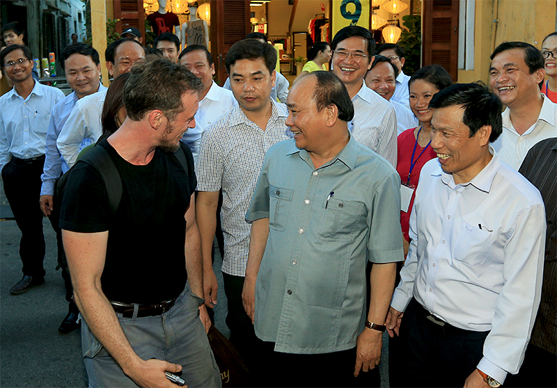 Prime Minister Nguyen Xuan Phuc chats with a foreign visitor in Hoi An acient quarter. Photo: chinhphu.vn