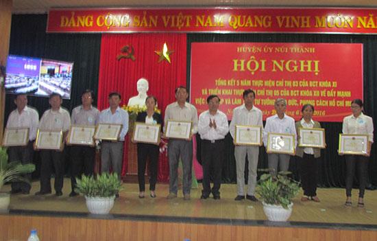 Huyện ủy Núi Thành khen thưởng tập thể, cá nhân có thành tích xuất sắc trong thực hiện Chỉ thị 03 của Bộ Chính trị (khóa XI).