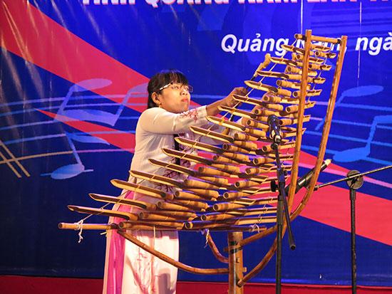 Hoàng Thị Gái biểu diễn với cây đàn tơ rưng.Ảnh: S.A