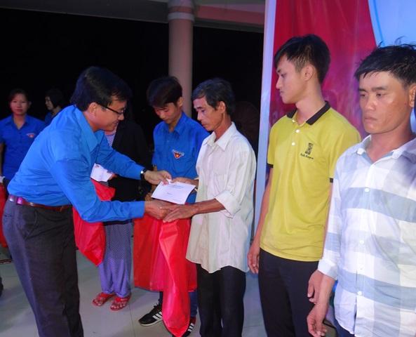 Tặng quà cho người dân 2 xã Trà Tân và Trà Sơn. Ảnh: MỸ LINH