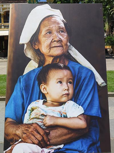 Người già và trẻ em Việt Nam. ảnh: R.P.Page