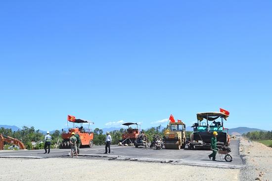 Nhà thầu gói 2 tập trung thúc đẩy thi công trong mùa khô. Ảnh: CÔNG TÚ