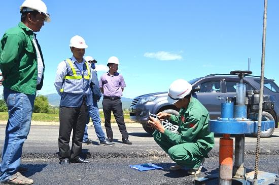 Tư vấn giám sát kiểm tra độ bền chặt, chất lượng hạt...của lớp bê tông nhựa C19. Ảnh: CÔNG TÚ