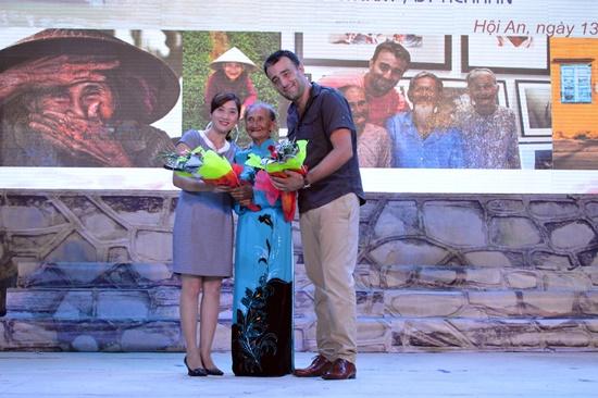 Nhiếp ảnh gia Réhahn tặng hoa cho cụ bà Bùi Thị Xong, nhân vật trong tác phẩm nổi tiếng thế giới