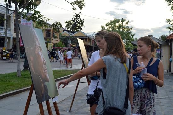 Du khách thích thú với những tác phẩm đẹp tại buổi triển lãm