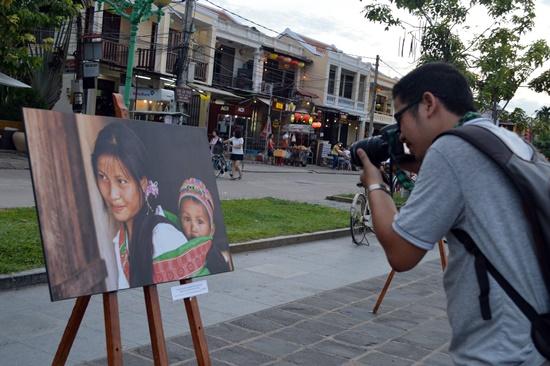 Triển lãm đã thu hút sự quan tâm của du khách và báo chí
