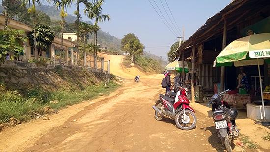 Đoạn đường đất qua xã A Xan sẽ được kiên cố hóa bằng bê tông xi măng.Ảnh: CÔNG TÚ