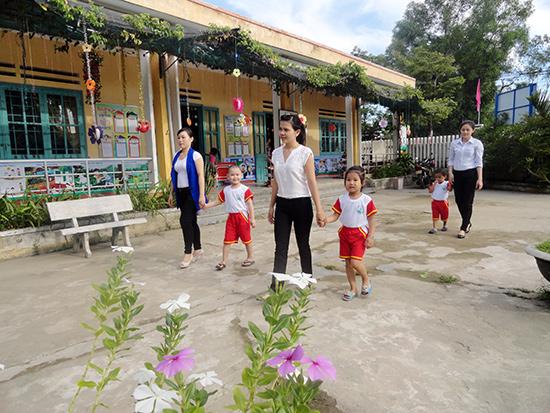 Cô trò mẫu giáo Trường Mẫu giáo Ánh Dương xã Tam Vinh, Phú Ninh sẵn sàng vào năm học mới.