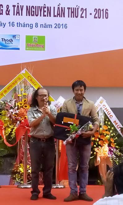 Nhà điêu khắc Nguyễn Văn Huy nhận giải B.