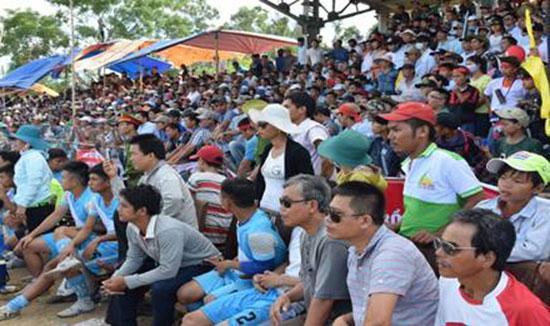 Đông đảo người dân đến cổ vũ cho giải vô địch bóng đá huyện Thăng Bình. Ảnh: C.HÙNG