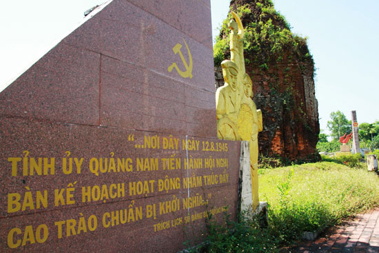 Bia lưu niệm nơi Tỉnh ủy Quảng Nam tổ chức hội nghị bàn kế hoạch chuẩn bị khởi nghĩa 1945. Ảnh: H.P