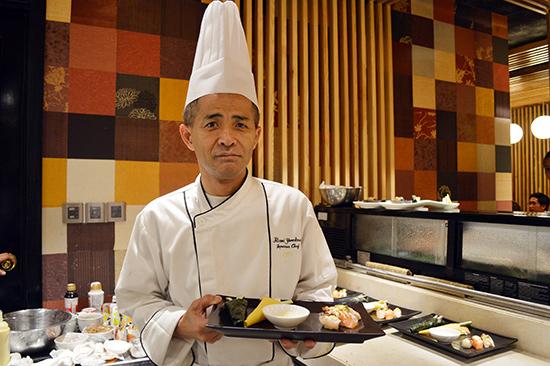 Đầu bếp Hiromi Yonekawa giới thiệu với thực khách những món ăn Nhật Bản. Ảnh: G.KHANG