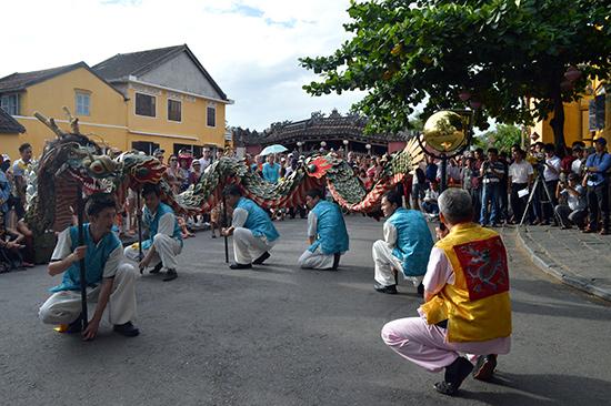 Thông qua các hoạt động giao lưu văn hóa, lượng du khách Nhật đến Hội An ngày càng tăng.            Trong ảnh: Đoàn Nhật Bản múa rồng tại lễ hội Giao lưu văn hóa Hội An - Nhật Bản lần thứ XIV năm 2016 tổ chức tại Hội An. Ảnh: V.LỘC