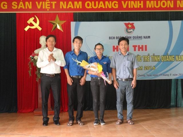 Bí thư Tỉnh đoàn Đinh Nguyên Vũ tặng hoa chúc mừng các thí sinh đại diện Quảng Nam tham gia hội thi cấp toàn quốc. Ảnh: MỸ LINH