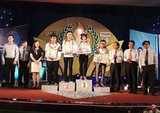 Ban tổ chức trao giải Nhất, Nhì, Ba cho các thí sinh trong cuộc thi chung kết. Ảnh: V.A