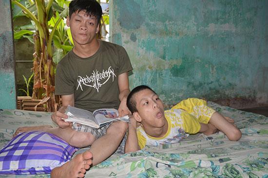 Trương Hùng Anh tranh thủ thời gian rảnh chơi đùa với em trai cùng là nạn nhân chất độc da cam. Ảnh: NHƯ TRANG