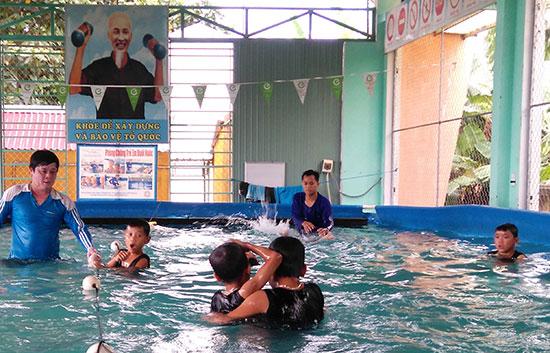 Các em rất hào hứng với việc học bơi tại Trường TH Nguyễn Đức Thiệu. Ảnh: HOÀNG LIÊN