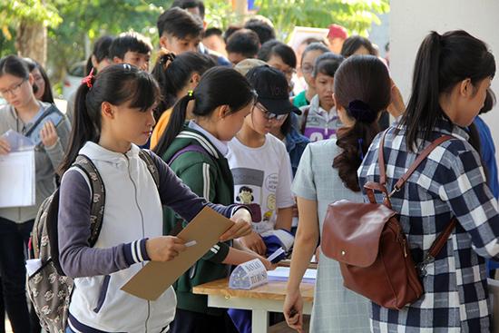 Thí sinh đến làm thủ tục nhập học tại Trường Đại học Kinh tế Đà Nẵng. Ảnh: QUỐC TUẤN