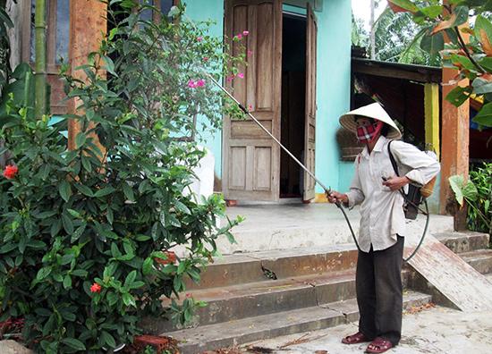 Người dân xóm Hòa An (thôn Đông Yên, xã Duy Trinh) phun hóa chất diệt trừ muỗi.Ảnh: HOÀI NHI
