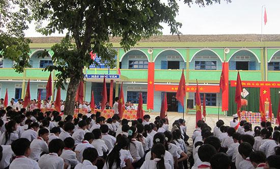 Quang cảnh xanh tươi của Trường THCS Quế Phú và không khí nghiêm túc trong buổi sinh hoạt ngoài trời. Ảnh: X.PHÚ