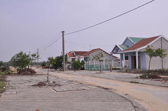 Các khu tái định cư ở vùng đông Duy Xuyên còn dở dang về hạ tầng.  Ảnh: T.HỮU