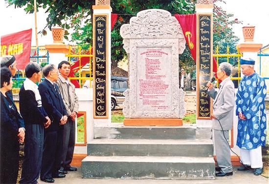 Năm 2007, người dân Điện Phương dựng văn bia tại làng Thanh Chiêm để ghi dấu di tích lịch sử Dinh trấn Thanh Chiêm. Ảnh: S.T