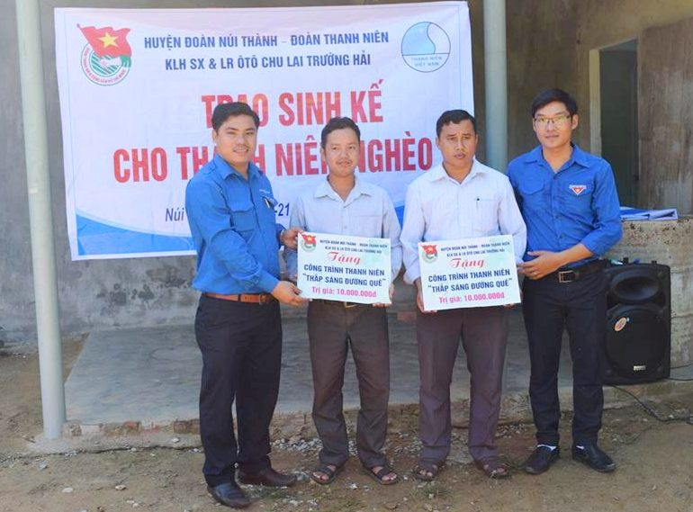 Các đơn vị trao tặng công trình thanh niên cho người dân
