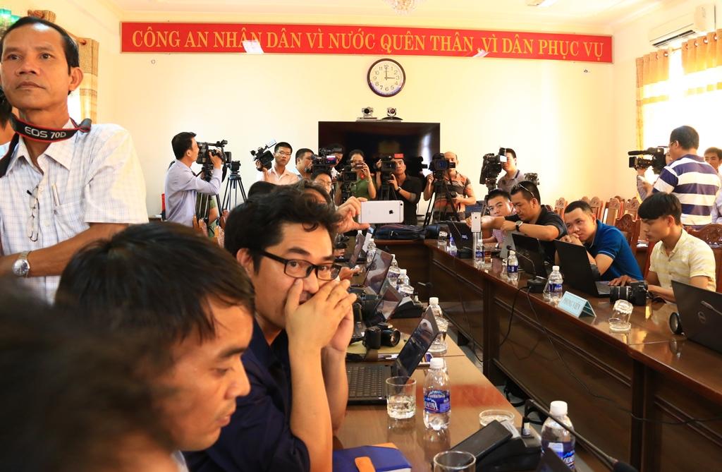 Rất đông các phóng viên ở các cơ quan thông tấn, báo chí tham dự buổi họp báo. Ảnh: C.N