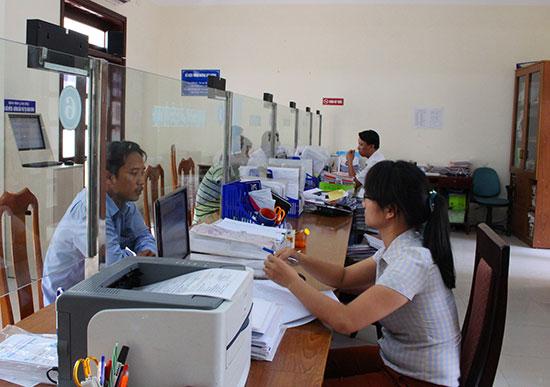 Áp dụng HTQLCL trong cơ quan hành chính nhà nước sẽ hạn chế được những rủi ro trong công việc.  TRONG ẢNH: Bộ phận một cửa ở Văn phòng HĐND - UBND thị xã Điện Bàn. Ảnh: VĂN HÀO