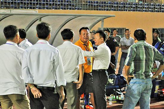 Bầu Hiển xuống sân động viên đội QNK Quảng Nam sau khi trận đấu kết thúc. Ảnh: A.NHI