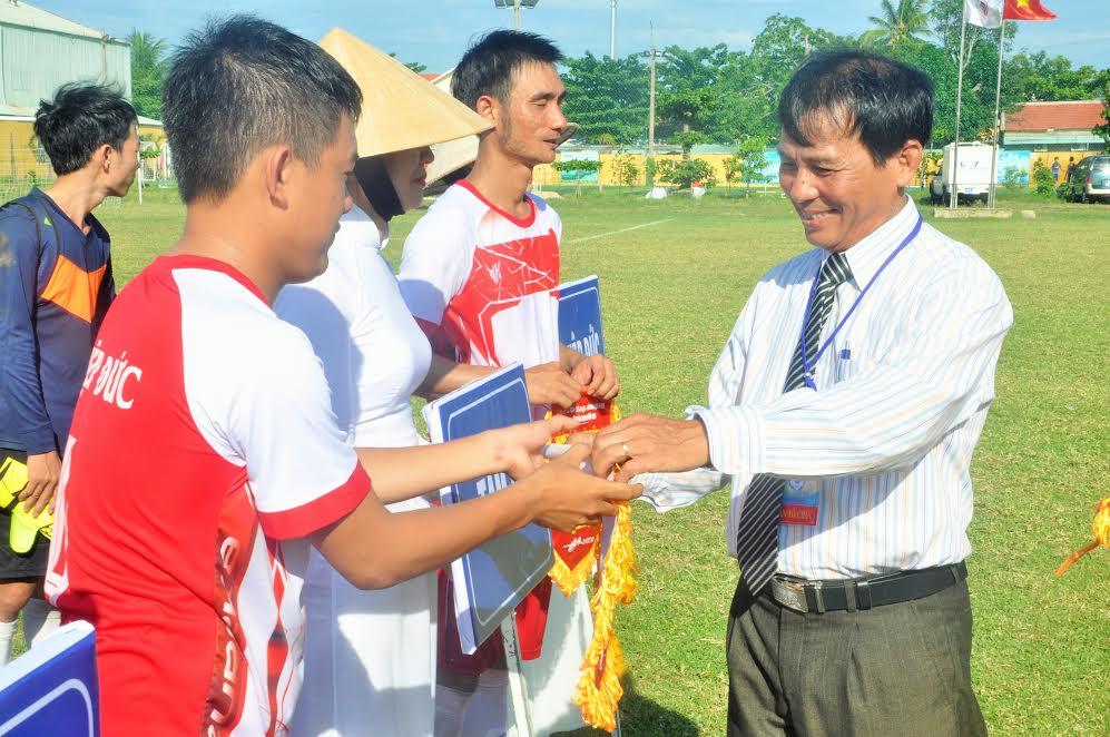 Phó Giám đốc Sở VH-TT&DL Hồ Tấn Cường tặng cờ, hoa và động viên các đội trước giờ thi đấu