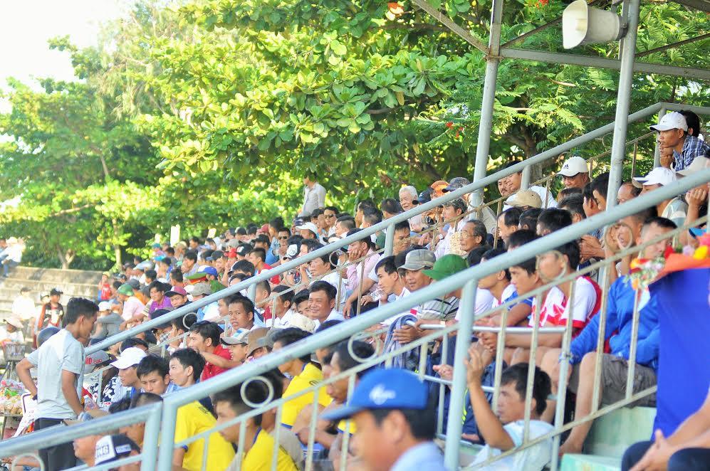Khá đông khán giả đến sân cổ vũ trận đấu. Ảnh: T.VY