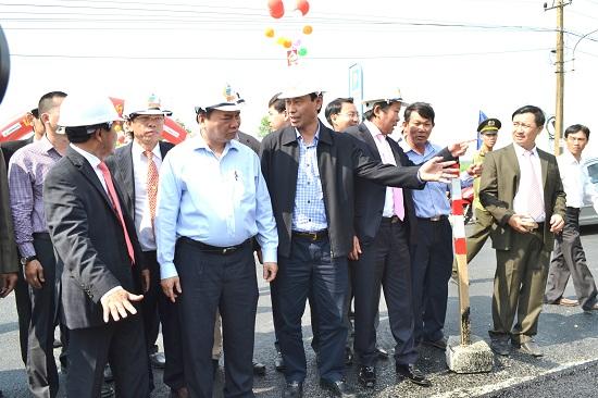 Thủ tướng Chính phủ Nguyễn Xuân Phúc kiểm tra tiến độ thi công dự án mở rộng QL1 qua Quảng Nam. Ảnh: CÔNG TÚ