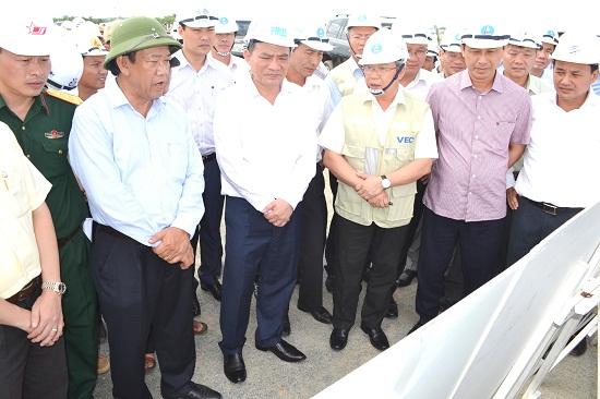 Chủ tịch UBND tỉnh Đinh Văn Thu báo cáo với Bộ trưởng Bộ GTVT Trương Quang Nghĩa về tiến độ giải phóng mặt bằng dự án cao tốc. Ảnh: CÔNG TÚ