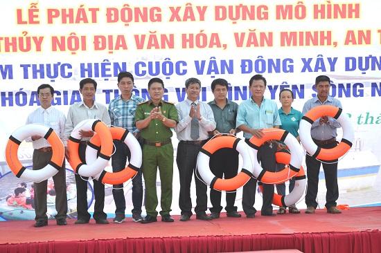 Giám đốc Sở GTVT Nguyễn Vănh Nhân và Phó Giám đốc Công an tỉnh Trương Quang Vinh trao tặng áo phao cho đơn vị quản lý, kinh doanh đường thủy nội địa tại Hội An. Ảnh: CÔNG TÚ