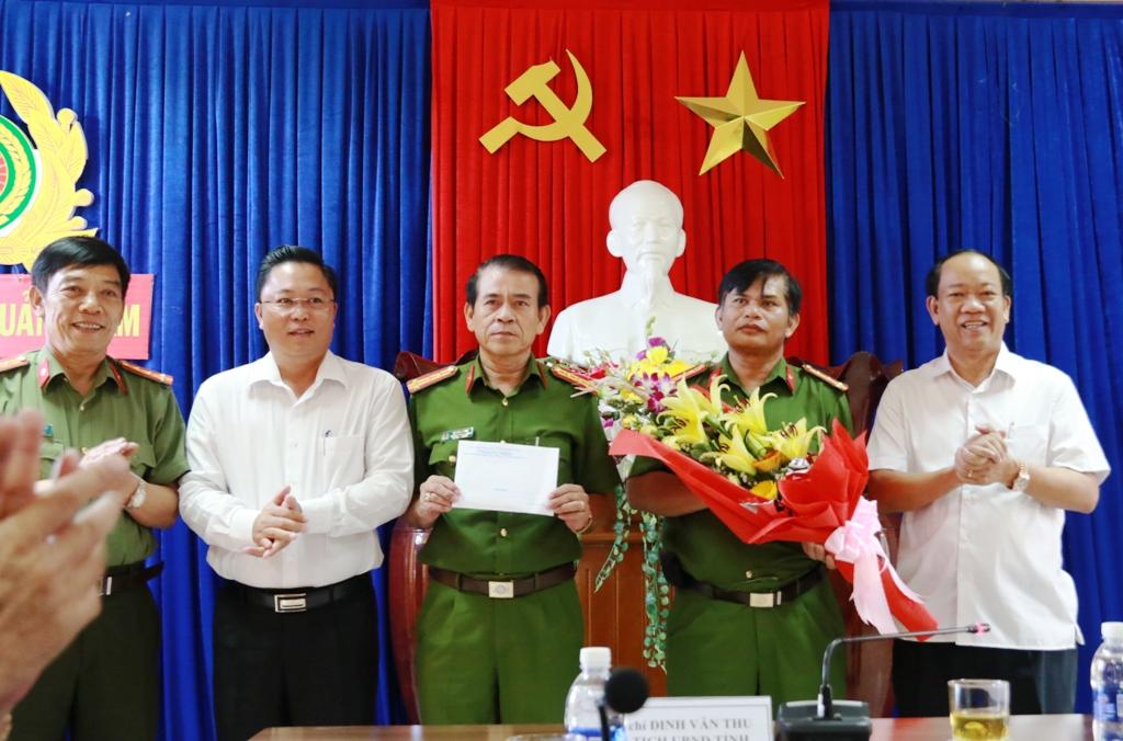 Chủ tịch UBND tỉnh Đinh Văn Thu thưởng nóng cho ban chuyên án. Ảnh: THÀNH CÔNG