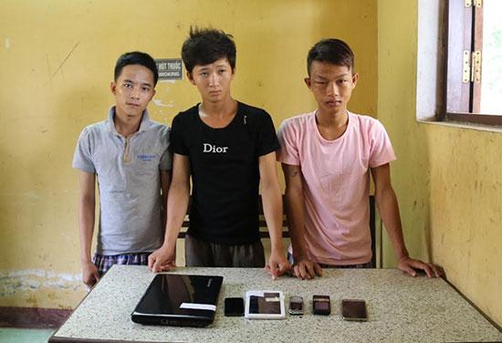 Ba đối tượng Hải, Thái và Hận (từ phải qua) cùng tang vật một số vụ trộm do băng nhóm này gây ra. Ảnh: T.C