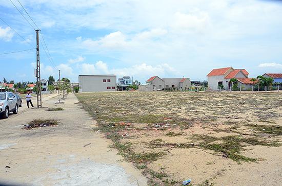 Tiến độ cấp giấy chứng nhận quyền sử dụng đất ở các xã rất chậm. TRONG ẢNH: Một góc ở khu tái định cư trung tâm xã Bình Dương (Thăng Bình).  Ảnh: TRẦN HỮU