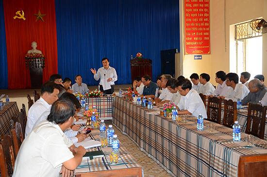 Phó Bí thư Thường trực Tỉnh ủy - Trưởng đoàn đại biểu Quốc hội tỉnh Phan Việt Cường tại buổi làm việc với lãnh đạo xã Bình Dương để giải quyết những vướng mắc về quản lý, sử dụng đất đai hiện nay.