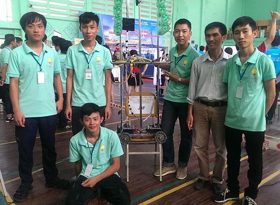 Các thành viên đội QN-CKT tham gia cuộc thi Robodnic 2016.