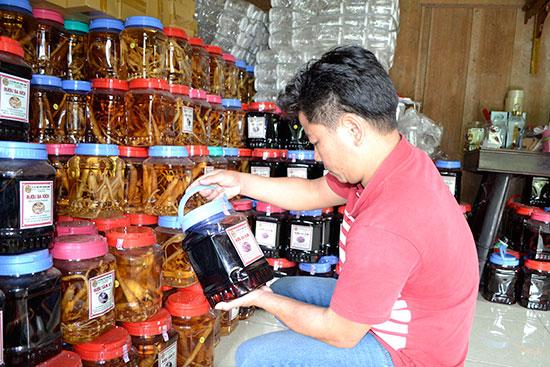 Khách hàng tìm mua sản phẩm rượu tại cơ sở Hoàng Oanh. Ảnh: C.TÚ