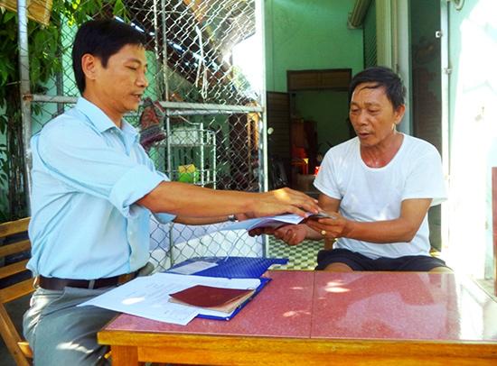 Cán bộ tư pháp phường An Mỹ giao trả hồ sơ tận nhà cho công dân.