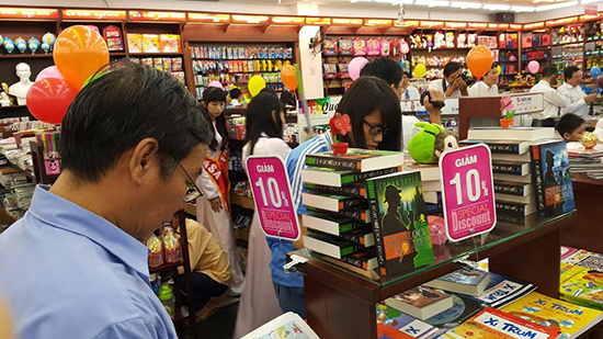 Học sinh, phụ huynh mua sắm chuẩn bị năm học mới tại nhà sách Fahasa.Ảnh: C.T.ANH