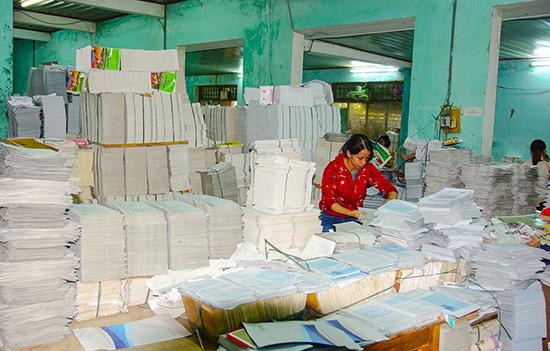 Công ty CP In và phát hành sách, thiết bị trường học Quảng Nam đã phát hành 1,2 triệu bộ sách giáo khoa và sách bổ trợ cho các cấp học.Ảnh: PHƯƠNG THẢO