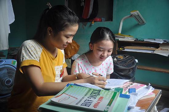 Lựa chọn thuê trọ bên ngoài nên 2 em Phước và Hạnh có nhiều không gian để học bài. Ảnh: VINH ANH